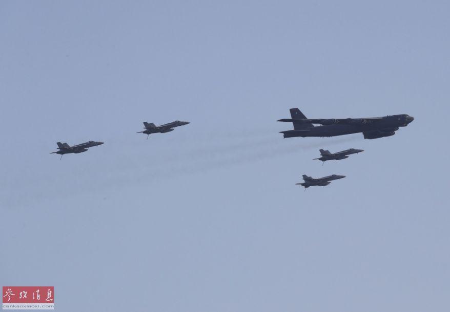 """联合编队特写照,可见负责为B-52H护航的""""大黄蜂""""战机均放下尾钩,表示致意。"""