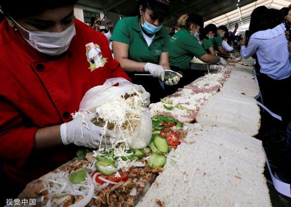 当地时间2018年8月29日,墨西哥墨西哥城,当地民众制作一份巨型三明治,挑战世界纪录。(视觉中国)