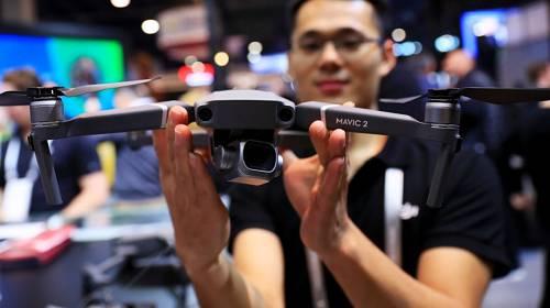 1月10日,在美国拉斯维加斯,工作人员展示大疆无人机。新华社记者 李颖 摄