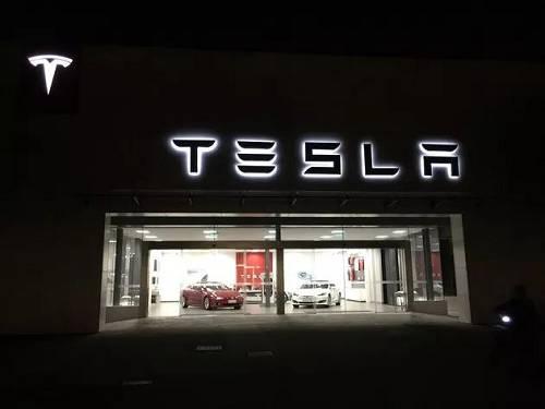 没错,几十、上百万的特斯拉,电动车领导者特斯拉,刚刚卖了没几年的特斯拉,修车,要排队。