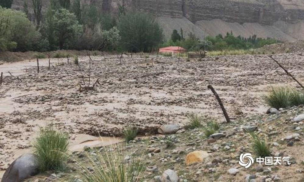 新疆策勒几小时下了大半年的雨 山洪泥石流冲毁道路