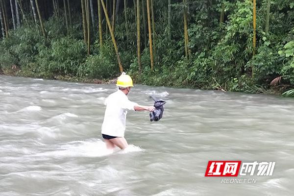 《光束快三规律》_一组安化电力员工涉水前行的照片刷爆朋友圈
