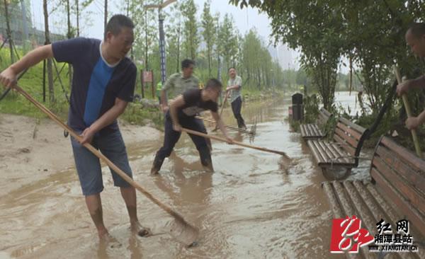 洪水渐退 他们逐水而行为城市重现亮色