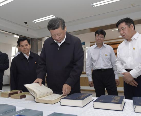 16日,习近平在位于呼和浩特市的内蒙古大学了解学校建设发展历史、教学科研工作情况。