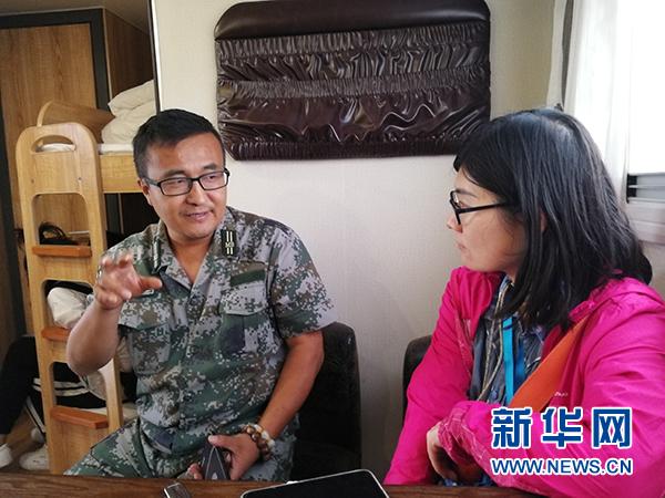 新疆生产建设兵团第一师十一团党委常委、副团长杨洁明接受采访。章佳礼 王茜摄