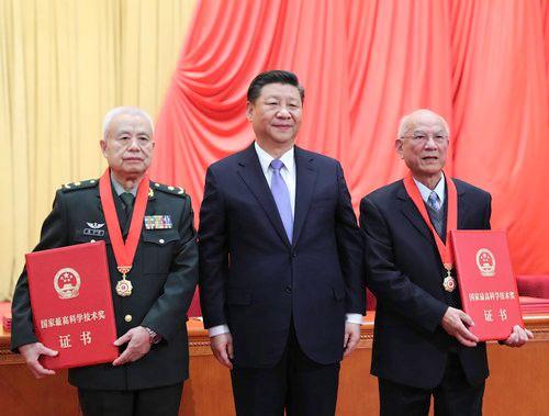 2019年1月,习近平总书记向获得2018年度国家最高科学技术奖的刘永坦、钱七虎颁发奖章、证书,同他们热情握手表示祝贺,并请他们到主席台就座。