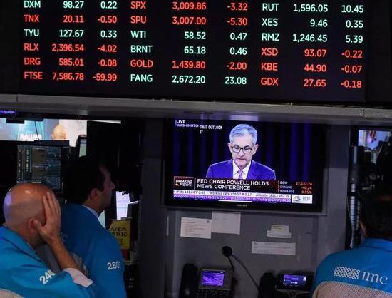 纽约证券交易所,交易员们在紧盯美联储主席鲍威尔的新闻发布会