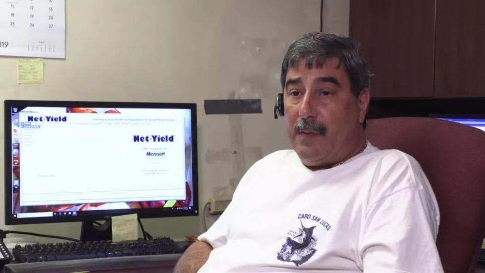 图为龙虾贸易商文 斯莫尔蒂拉罗。(视频截图)