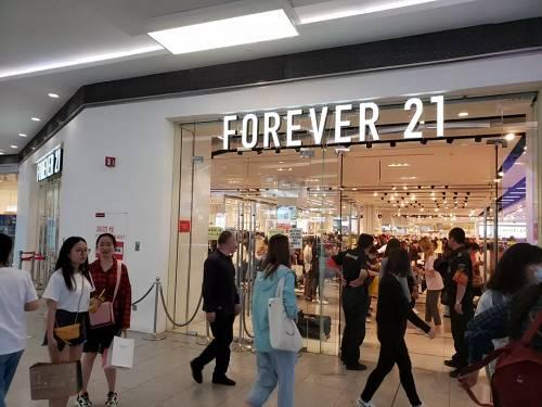 其实,这是今年3月份,快<a href='http://www.heyfashions.com/' target='_blank'><u>时尚品牌</u></a>Forever 21撤出中国市场前,台北最后一家线下店大甩卖时的场景。