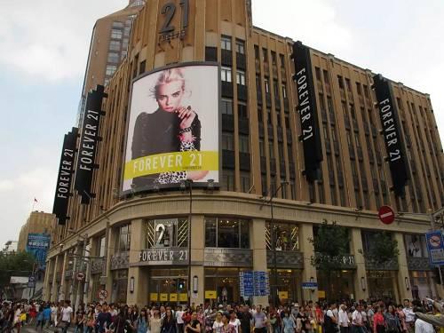 Forever21在南京路的门店也一度成为了打卡胜地,来者必逛。