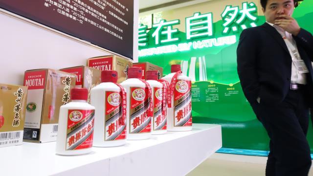 据传闻称,北京市场茅台酒大幅降价,从上周最高2650元已降至2100元,且无人敢接货,商户恐慌性极高。
