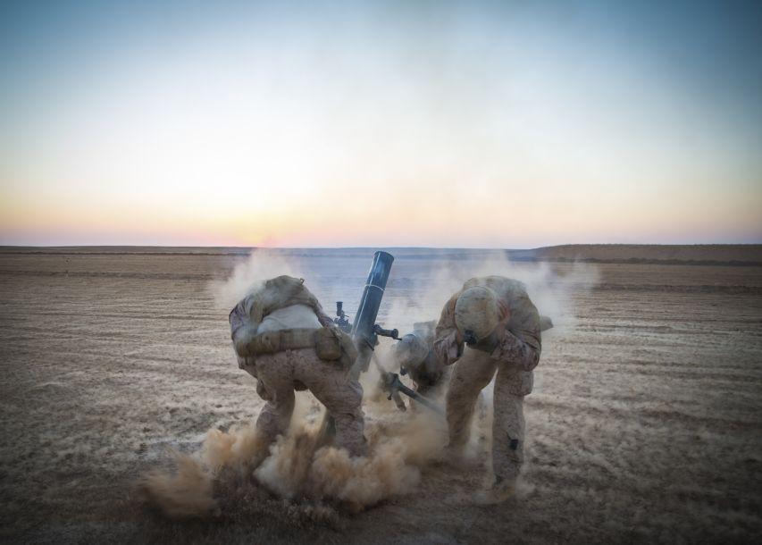 """美国白宫12月19日称,随着在叙利亚打击极端组织""""伊斯兰国""""的战事取得成果,美国已开始撤回驻叙美军。这是2018年9月10日,美国海军陆战队士兵在叙利亚参加军事行动。新华社/美联"""