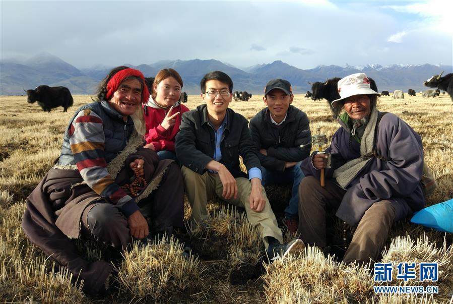 清华大学学生白浩浩(左三)在西藏当雄县与村民合影(2017年4月30日摄)。 新华社发