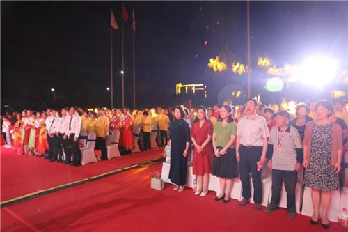 晚会伊始,现场全体起立,奏唱中华人民共和国国歌!