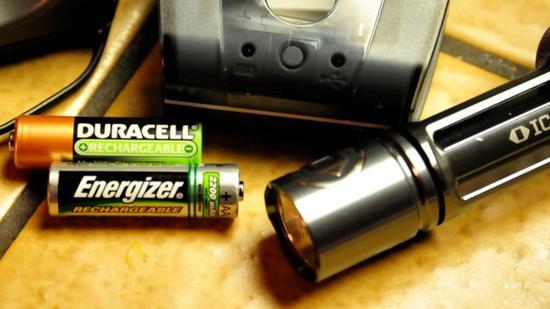 """新浪美股讯 北京时间1日消息,劲量(Energizer)电池制造商劲量控股有限公司周一起诉伯克希尔哈撒伟旗下的金霸王(Duracell),指控后者欺骗消费者,暗示其新的""""Optimum""""AA和AAA电池比所有竞争对手的电池更强大和更持久。"""