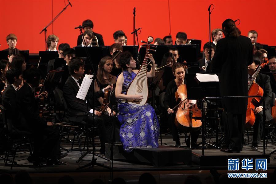 """2014年3月28日,""""中俄青年友好交流年""""开幕式在俄罗斯圣彼得堡隆重举行。这是中国青年演员当日在圣彼得堡马林斯基剧院新舞台演奏中国民族乐器。新华社记者 鲁金博"""