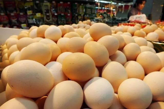 刘社根说,近来这段时间鸡蛋的价格是镇日一个价,每天都在涨,之前价格矮的时候,配相符社里的一些农户会存一些鸡蛋等高价再卖,现在基本上当天产的蛋,当天就卖了。