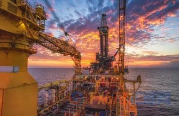 11月,巴西举走的史上周围最大的石油拍卖令人死心,国际勘探和生产公司对此有趣不大。但这并不影响巴西国家石油公司周围的膨胀。据晓畅,巴西国家石油公司几乎十足控制了巴西油田的80众亿桶石油,计划在那里建造第六艘浮式钻井船。为了开发沿海的这些资源,巴西计划在2020年至2025年期间,斥巨资进走700亿美元的海外资本投资,通盘用于油田开发。这个项现在将对巴西石油公司产生庞大影响。