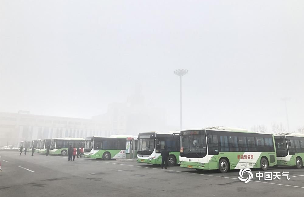 大雾橙色预警信号!河北衡水大雾迷城 交通受阻
