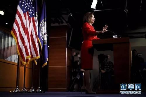 12月19日,在美国华盛顿,美国国会多议院议长佩洛西出席记者会。新华社发(沈霆摄)