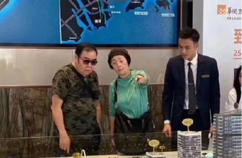 影帝梁家辉也在热播的综艺节目中表示将举家搬离香港,回内地与父母同住