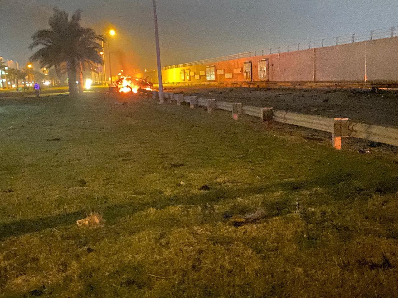 当地时间1月3日早晨,按照伊拉克坦然部分发布的声明,巴格达国际机场附近遭到三枚导弹攻击,两部车辆被炸毁。另据其他新闻源称,人民动员结构领导人阿布·迈赫迪·穆罕迪斯与伊朗伊斯兰革命卫队领导人卡西姆·苏莱马尼在空袭中身亡。(央视记者 付新日)