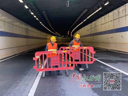 市政人员紧急处置隧道追尾交通事故(图)