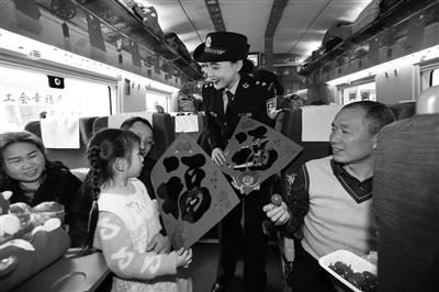 西安铁警加大安全宣传保春运平安