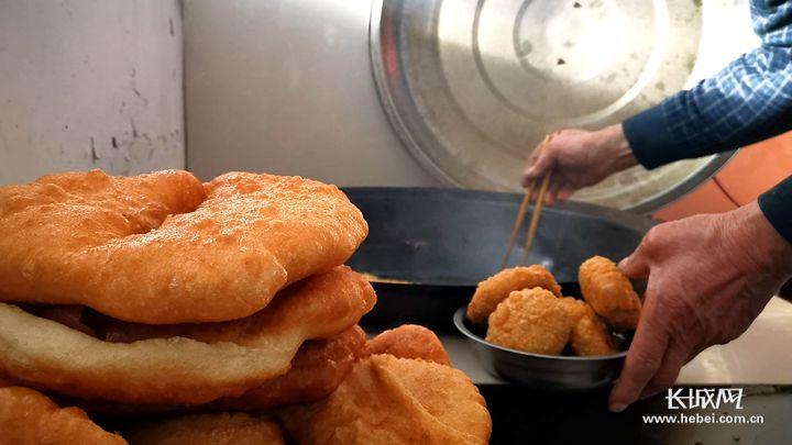 【新春走基层】康保县南乔家营:新房里的油饼滋滋响 乡亲们的眼里有了光