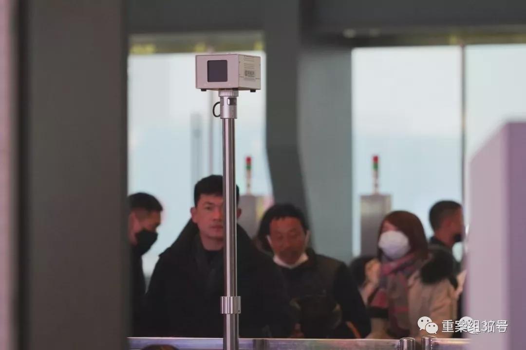 1月21日,武汉火车站进站闸机处,立有红外测温仪,据工作人员介绍,这个仪器全站共分布有16个。摄影/新京报记者 游天�D