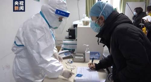 目前,华中科技大学附属协和医院已经抽调200余人组成一线防治,另有300余名医护人员组成二线防治,并将根据疫情变化随时投入更多力量加入到疫情防治工作。