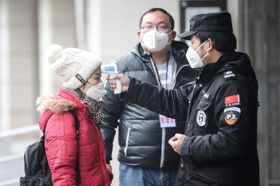 据媒体报道,为此,国家药监局近日开通了快速审批通道,启动紧急审评。共有7家企业研发的新型冠状病毒核酸检测试剂盒进入审批,包括此前国家卫健委确认的三家供应企业。1月24日,上海之江生物科技股份有限公司通过检验,成为我国法定检验机构检定合格的首个新型冠状病毒检测产品。