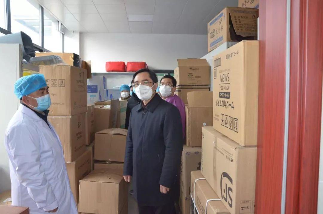 随州市委常委、市纪委书记、市监委主任郑军检查疫情防控物资保障做事。图片