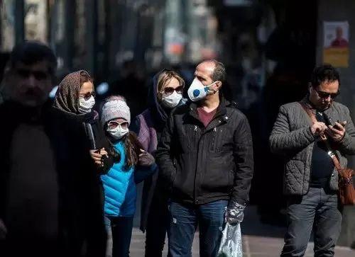 2月23日,伊朗首都德暗兰街头,一些市民戴上口罩。(新华社发)