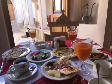 卡尚巴依老爷家的早餐,这个酒店是全走程最赞的,财主家太有钱了(走程里有酒店信息)