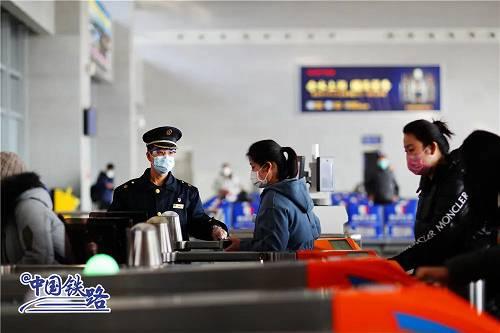 在进站口,铁路车站除了通例的安检,还竖立了体温监测环节和等候一米线。北京局集团公司已在管内各车站配备门式红外测温仪76台、红外固定测温仪289台、手持移动测温仪2033个,采取固定红外和移动式手持测试体温相结相符的手段,在确保进站人员人人测试体温的同时,最大限度压缩旅客列队等候时间。倘若旅客对随身携带物品有疑问,不妨挑前致电12306客服炎线或当地车站进走咨询。