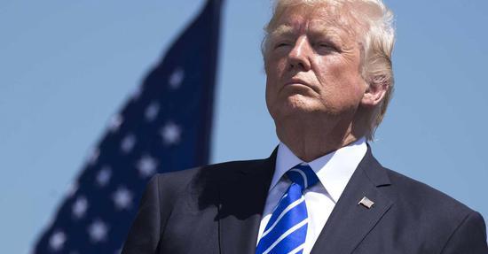 """北京时间10日消息,美国总统特朗普周一表示,他将采取""""重大""""措施,以保护经济免受新冠病毒疫情蔓延的影响,并将在周二与国会共和党人讨论削减工资税的问题。"""