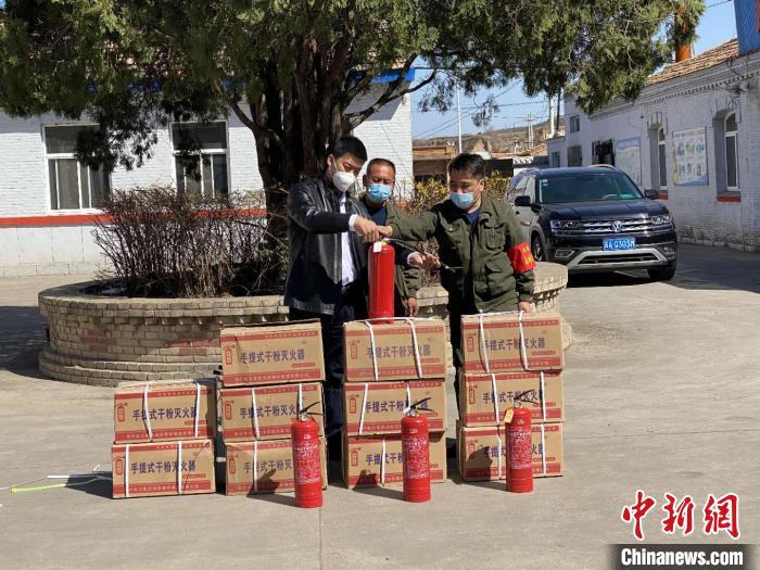 """山西""""90后""""退役军人捐赠消防器材 现场教学火场逃生自救"""