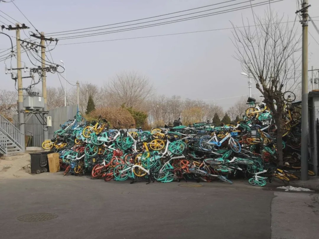 疫情期间,多地用自行车封路。(来源 予郗)