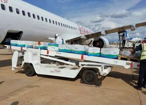 (当地时间4月17日,由中国企业声援的第二批援南苏丹医疗物资运抵朱巴国际机场。)