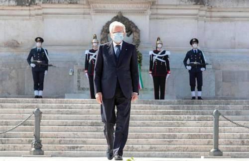 马塔雷拉戴口罩出席解放日纪念活动。