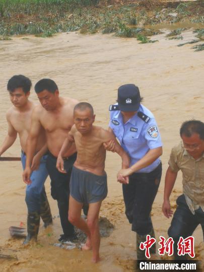 广西田林发生泥石流学校运动场被淹没 400多人紧急疏散