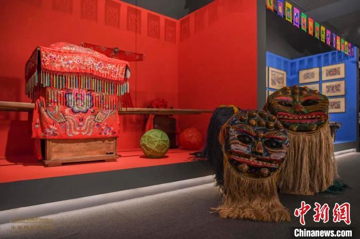 """1500余件山东民间艺术品在国博勾起观众""""乡愁"""""""
