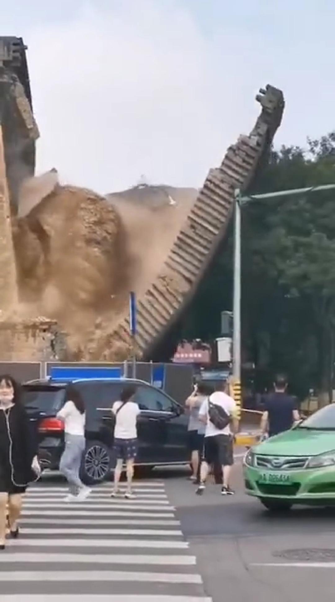 官方通报西安明秦王府城墙坍塌,4人被石块划伤已送往医院