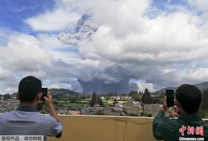 印尼锡纳朋火山喷发浓烟直冲高空 或出现熔岩流(图)