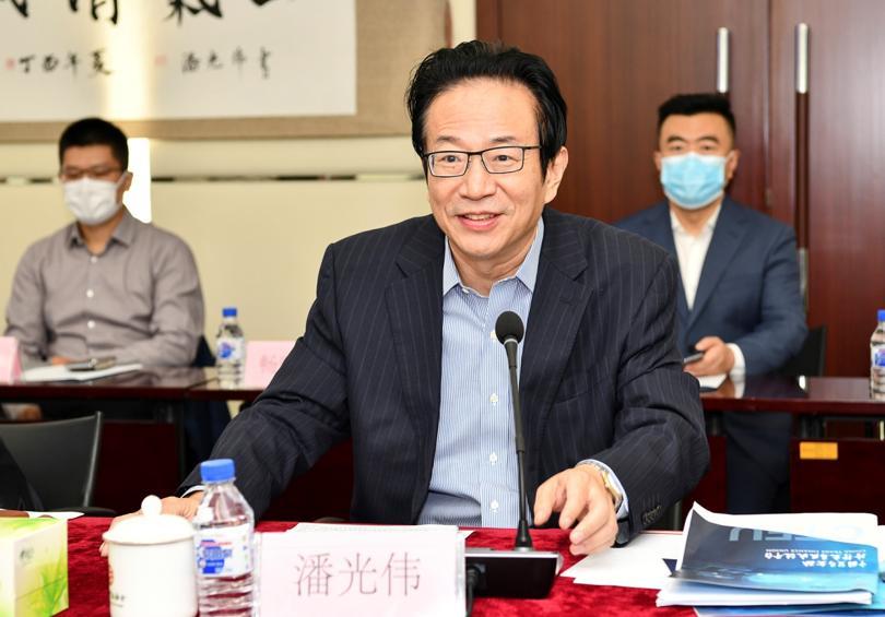 中国银行业协会党委书记、专职副会长潘光伟主持会议