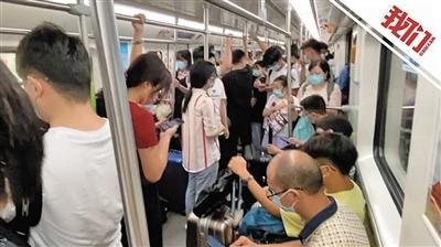 武汉高校学生陆续返校 地铁上挤满学生和行李