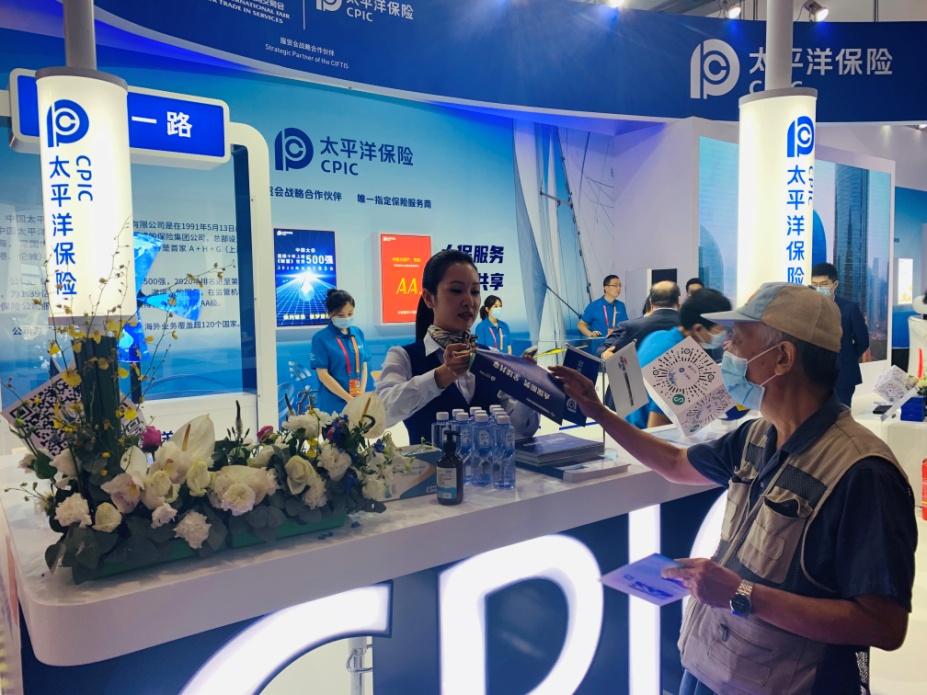中国太保产险北京分公司工作人员在接待前来咨询的参观者