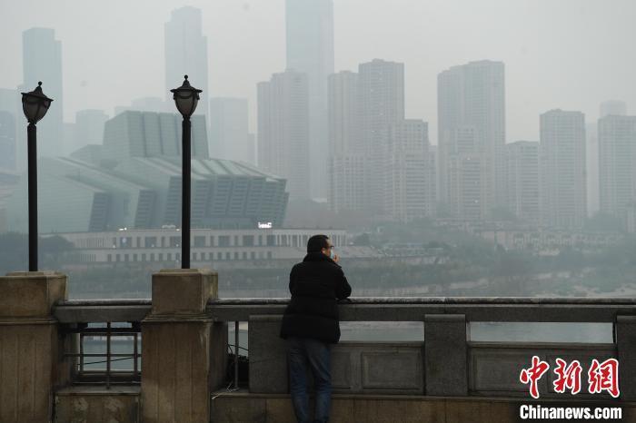 大雾笼罩重庆长江两岸