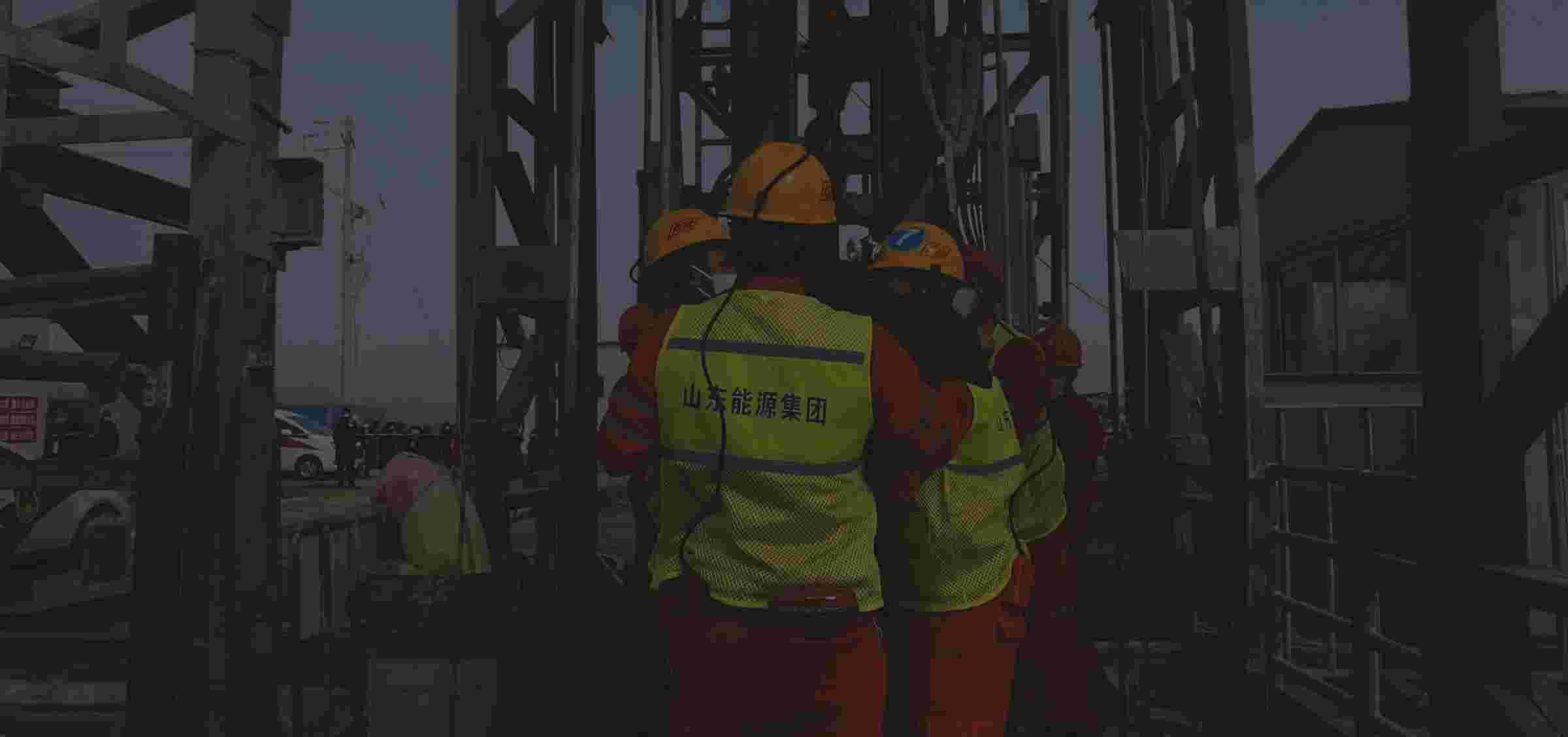 栖霞金矿救援第一名矿工成功升井,为此前失联十人中的一人